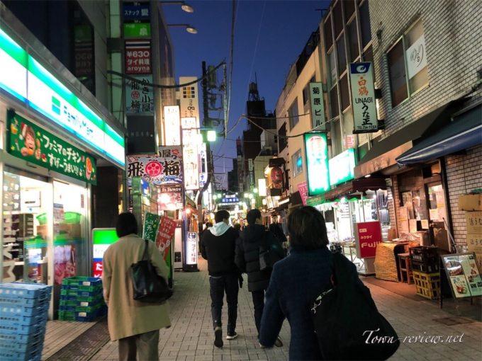 夕方に賑わう神田駅西口商店街