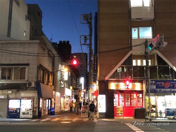 商店とオフィスが入り混じる神田駅周辺