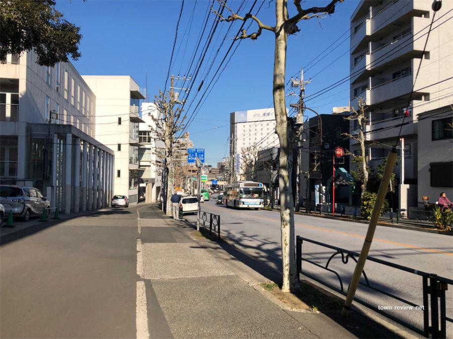 大井町駅方向の仙台坂から見た青物横丁駅