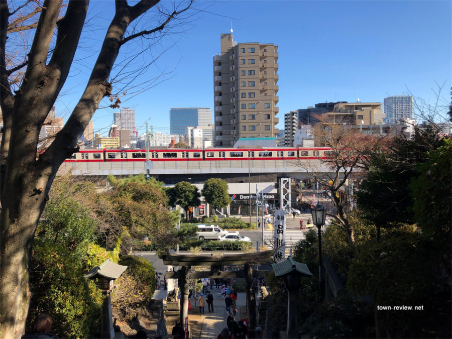 品川神社から見た京急新馬場駅