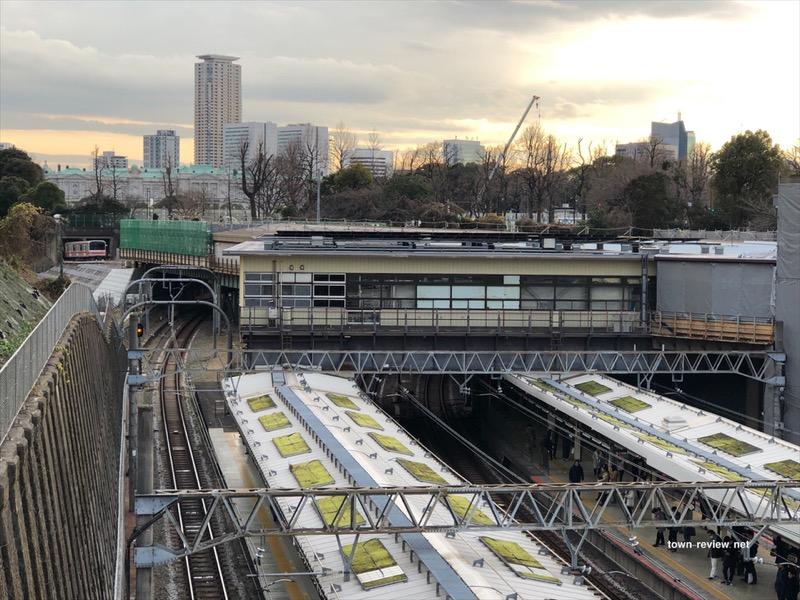 堀の脇を走るJR線の四ツ谷駅。上が地下鉄丸の内線のホームに。
