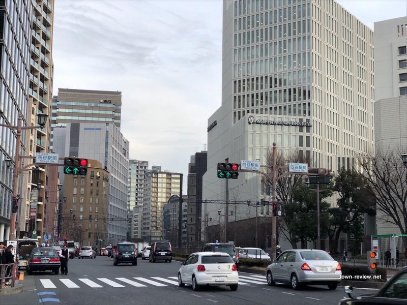 四ツ谷駅前から見る新宿通りの麹町、半蔵門方面。