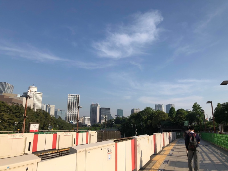 丸の内線の四ツ谷駅ホーム。奥が赤坂見附駅方面。